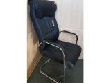 Кресло на железных ножках, дерматиновое, с ручками, цвет черный